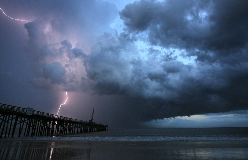 Молния на пляже в штате Флорида