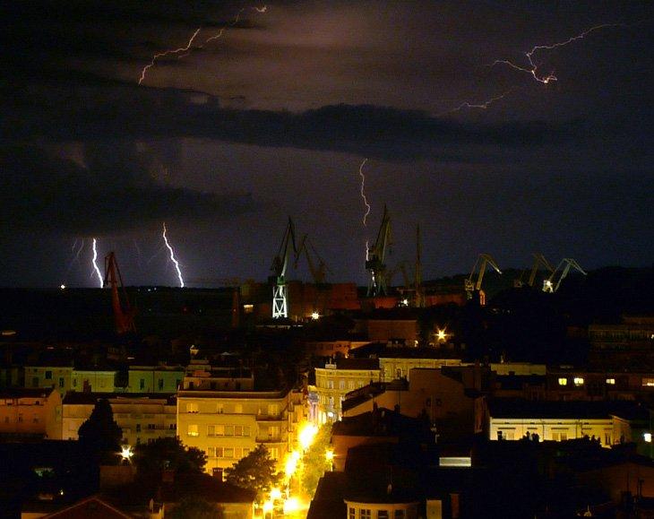 Вспышки молний в хорватском порту в городе Пу́ла