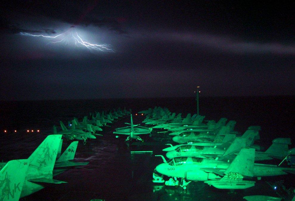 Фотография молний, сделанная с палубы авианосца Авраам Линкольн