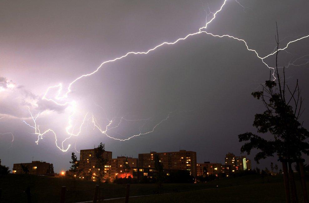 Ночной шторм в пригороде Праги