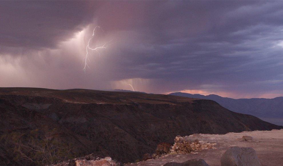 Разряды молний над Национальным парком Долина Смерти в Калифорнии