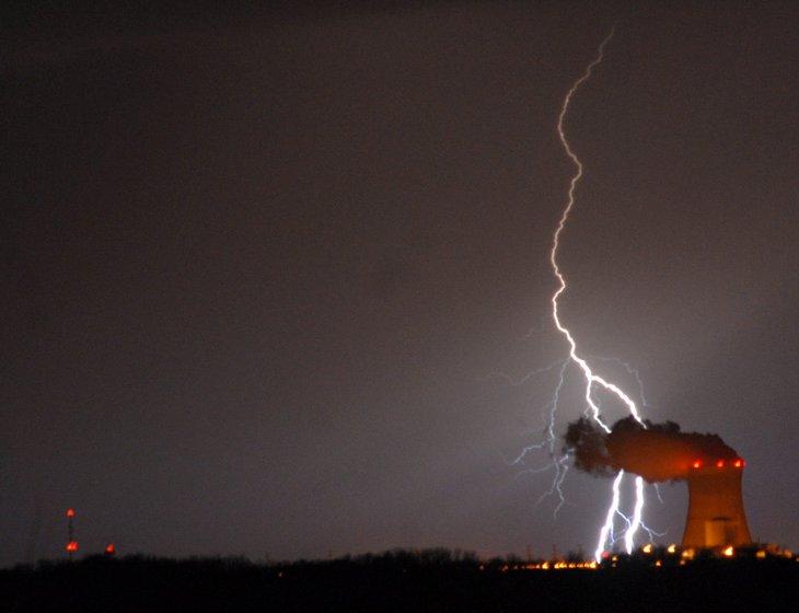 Разряды молнии за атомной станцией Davis Besse в штате Огайо