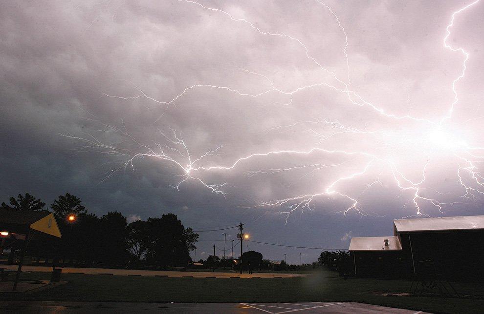 Разряды молний над полями рано утром в штате Иллинойс