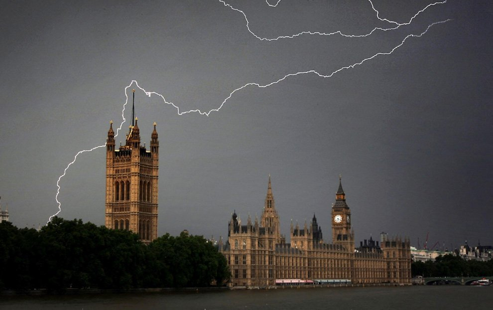 Тучи и молнии над зданиями Парламента в Лондоне