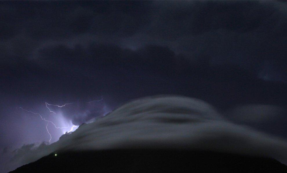 Разряды молнии бьют сквозь грозовые облака над вулканом Агуа в Антигуа