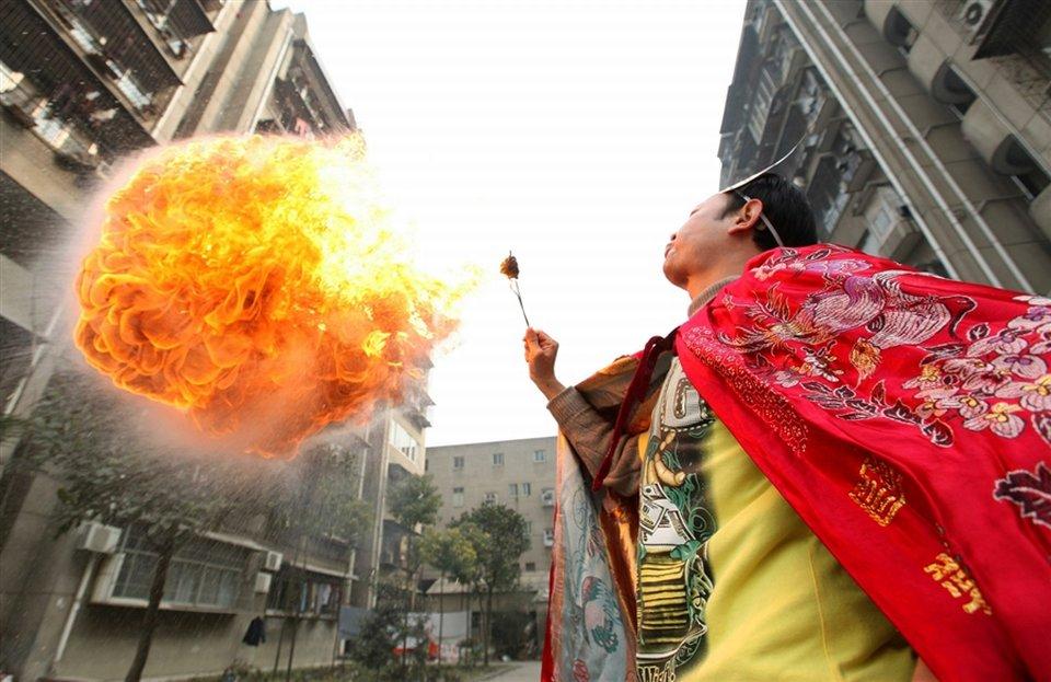Женщина пускает огонь изо рта