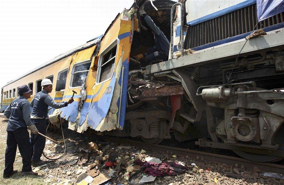 Лобовое столкновение двух пассажирских поездов в Индонезии
