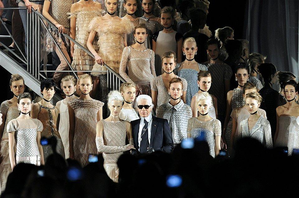 Известный дизайнер Карл Лагерфельд представил в Париже свою коллекцию