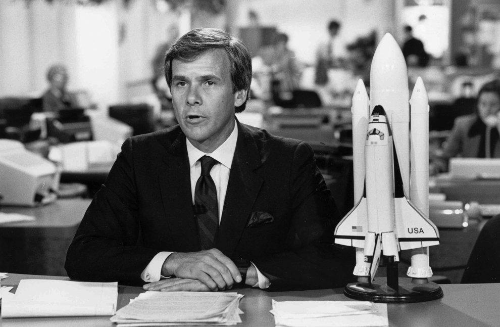 Диктор NBC News Том Броко сообщает, что космический корабль «Челленджер» взорвался