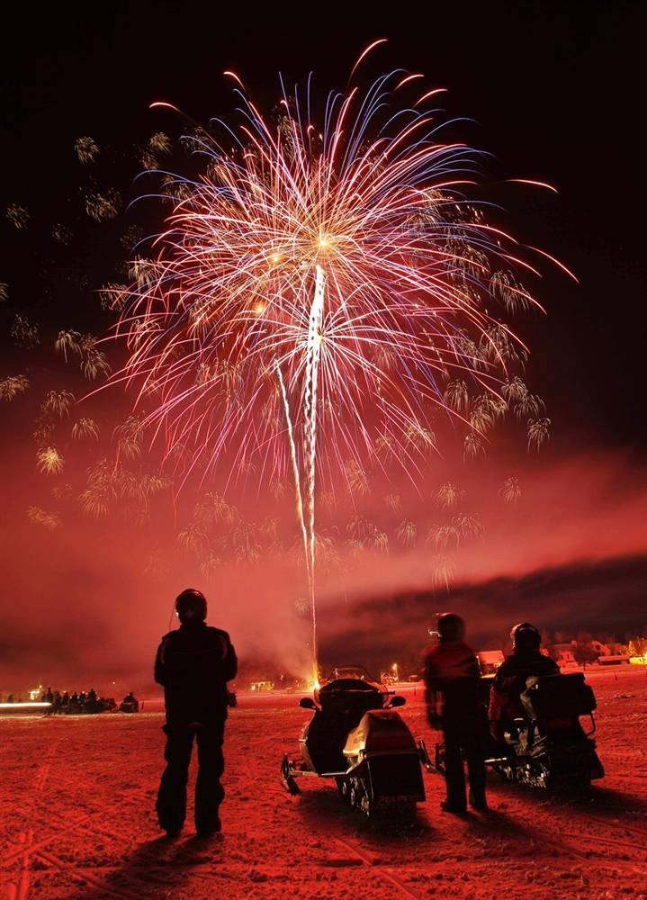 На замерзшем озере Рейнджели в штате Мэн прошли ежегодные катания на снегоходах с фейерверками (Взято с сайта www.LoveOpium.ru)