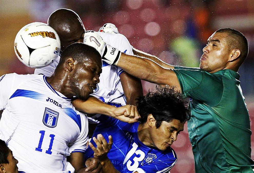 Борьба за мяч в полуфинальном матче Кубке наций центральной Америки по футболу между Сальвадором и Панамой (Взято с сайта www.LoveOpium.ru)