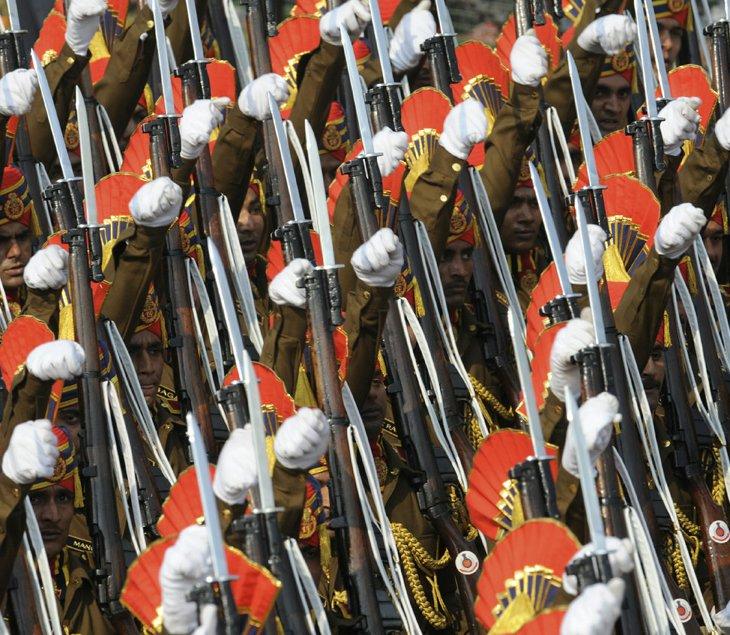 Индийская полиция марширует по бульвару Rajpath, Индия
