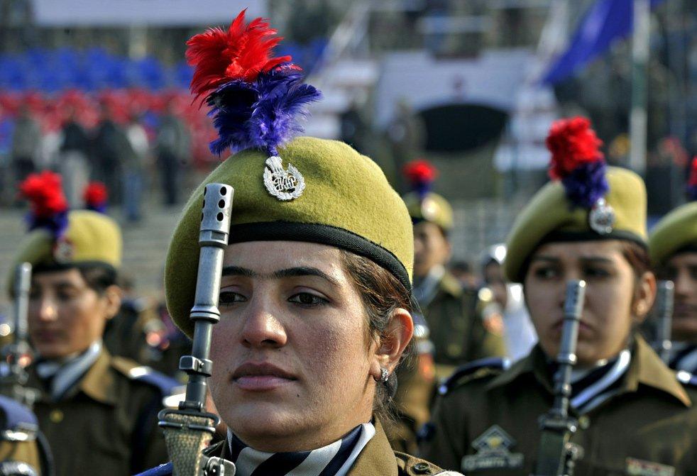 Вооруженные полицейские принимают участие в параде в День Республики в Сринагаре
