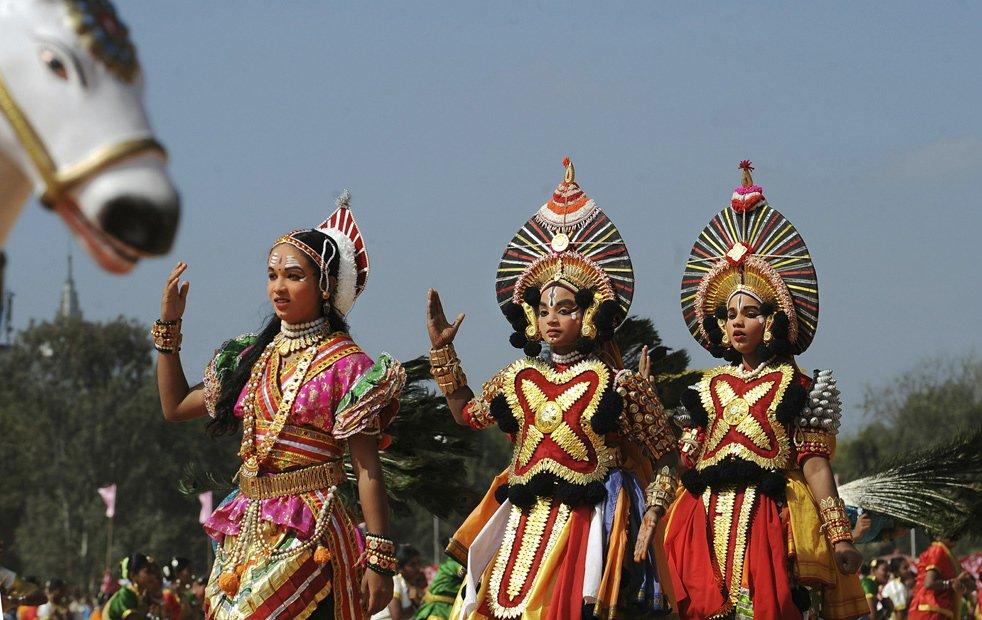 Индийские школьницы в костюмах