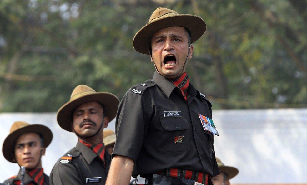 Командир отдает команду, Калькутта, Индия