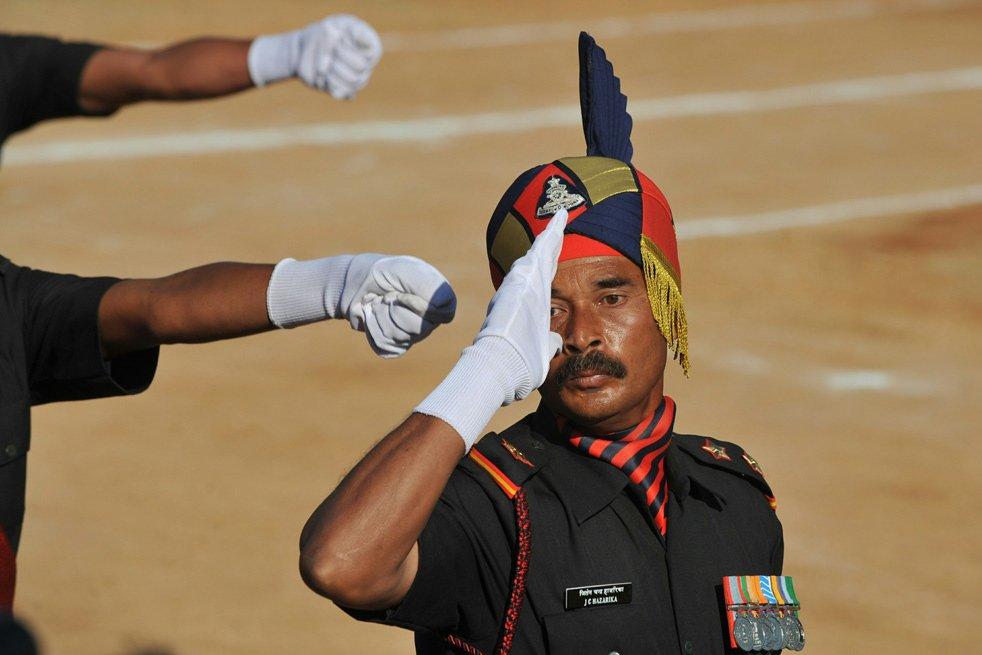 Военнослужащий отдает честь