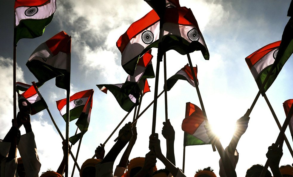 Индийские школьники с флагами на параде в честь Дня Республики