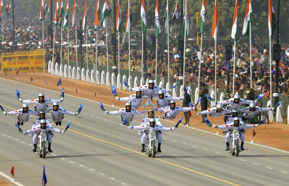 Индийские пограничники исполняют каскадерские трюки на мотоциклах