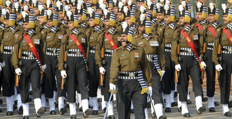 Индийские солдаты маршируют во время парада, посвященному Дню Республики в Индии