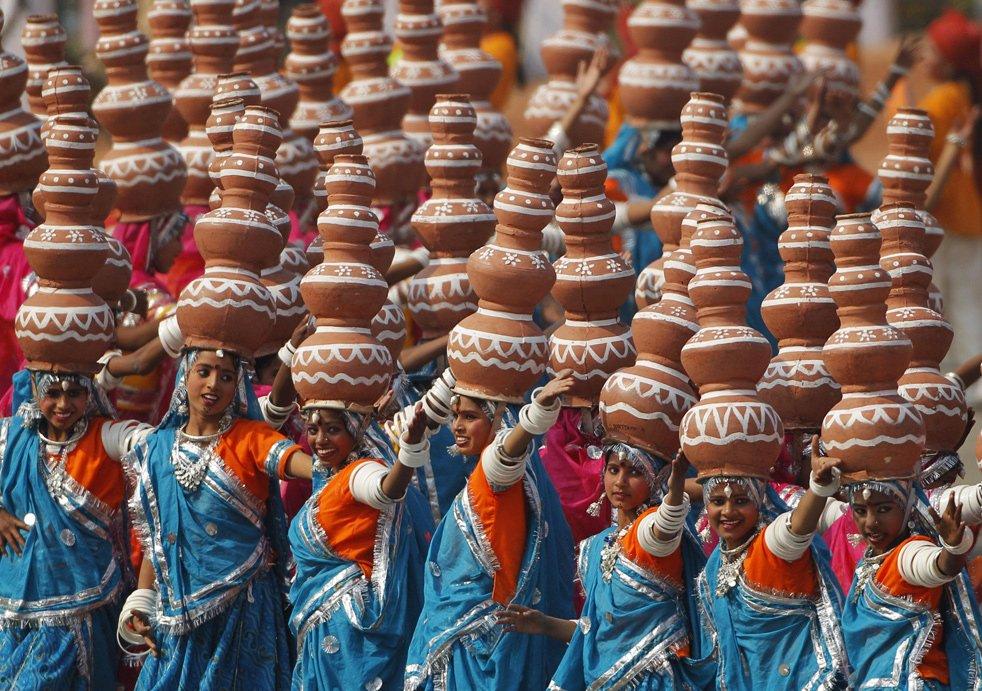 Индийские школьницы исполняют популярный народный танец штата Раджастхан