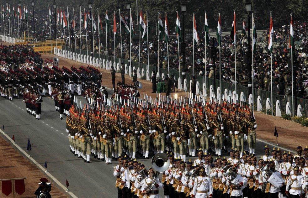 Индийские солдаты маршируют во время парада, посвященного Дню Республики