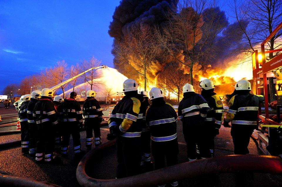 Пламя до небес: пожар на химическом заводе в Нидерландах