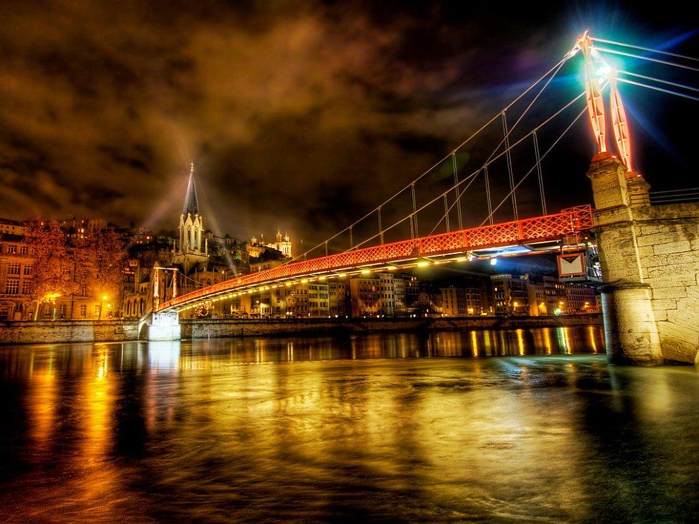 Река во французском городе  Леон в полночь