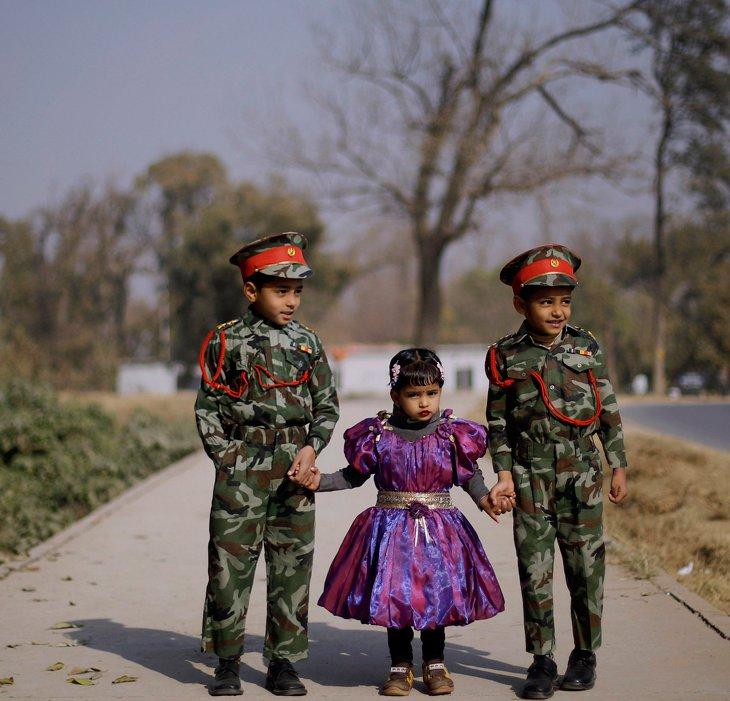 Братья и сестра на улице в Исламабаде