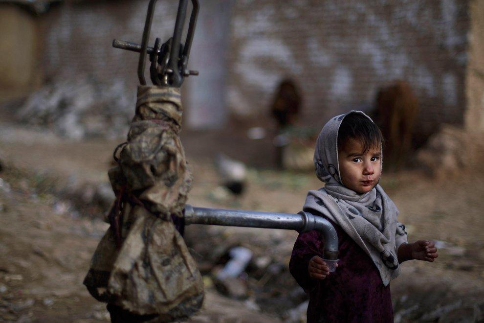3-летняя девочка пришла попить. Здесь, на окраине Исламабада, для этой цели стоит ручной насос