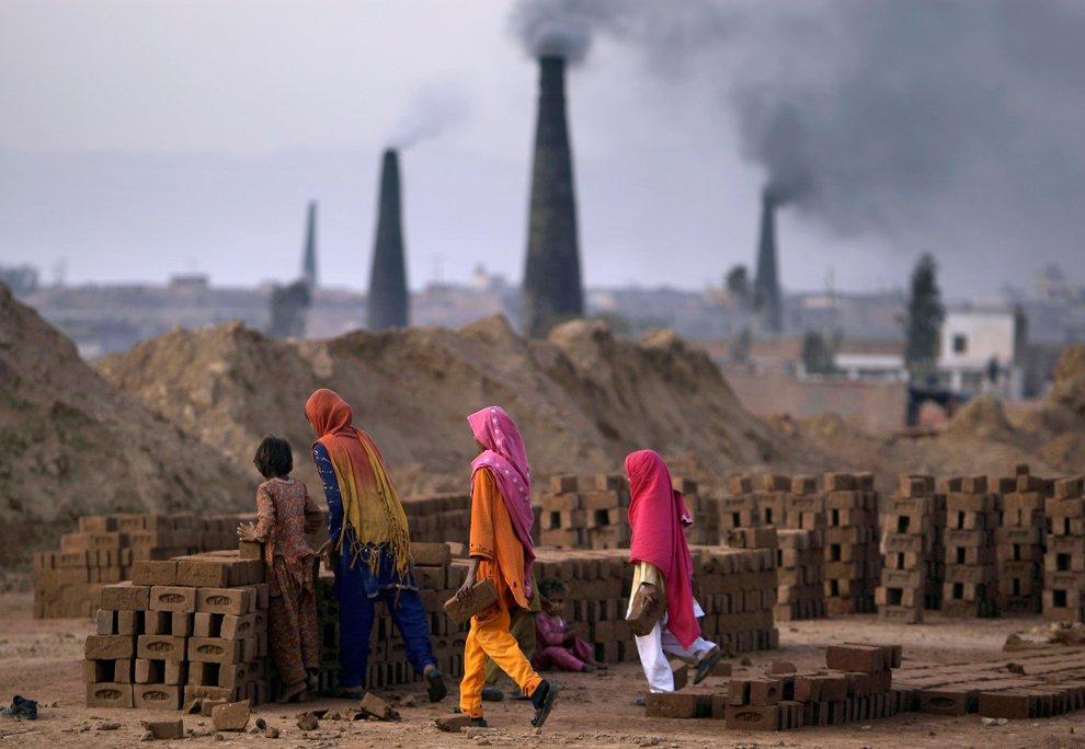 Работа на кирпичном заводе на окраине Исламабада