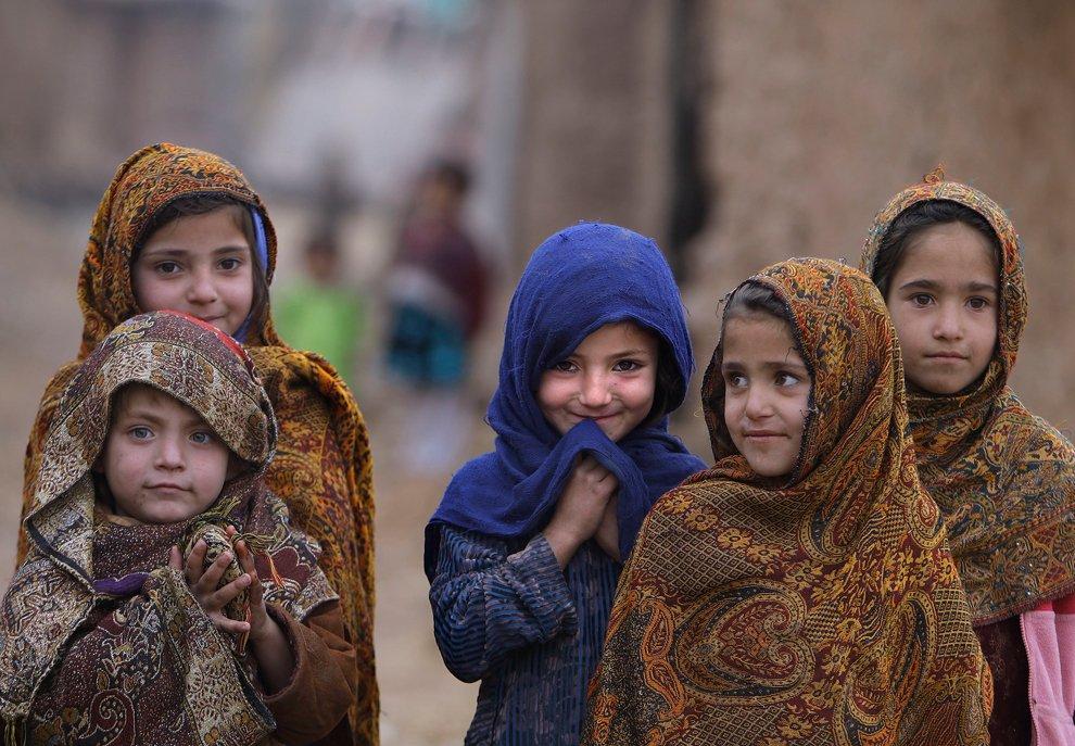 Дети афганских беженцев на окраине трущоб в Исламабаде