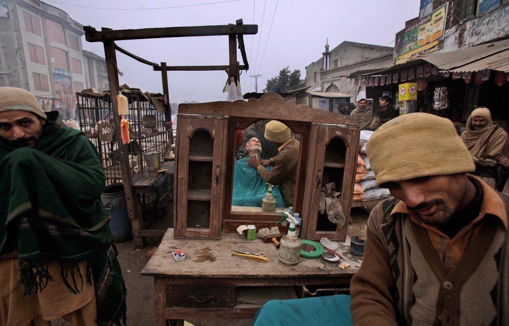 Уличная парикмахерская в Гуджранвале — городе в Пакистане