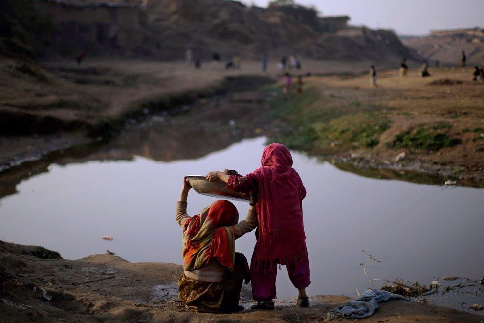 Местная прачечная. Девочки пришли постирать белье на водоем