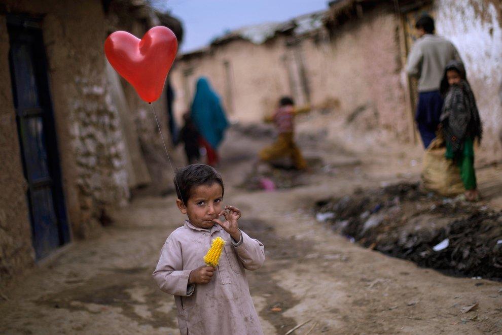 А у этого мальчика уже есть воздушный шар. В одном из бедных районов Исламабада