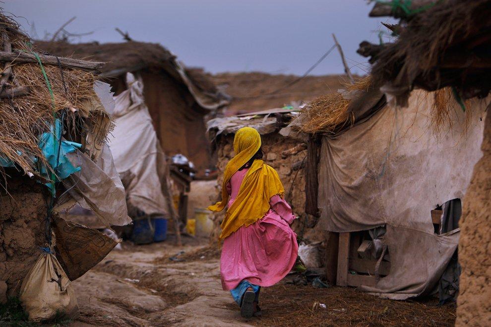 Афганская девчушка в районе трущоб на окраине Исламабада