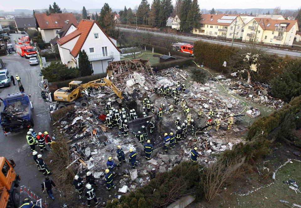 Пожарные и спасатели ищут останки хозяев дома, который взорвался по неизвестным причинам