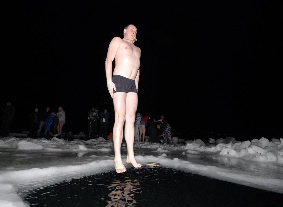 Прыжок в ледяное Японское море во время празднования Крещения во Владивостоке