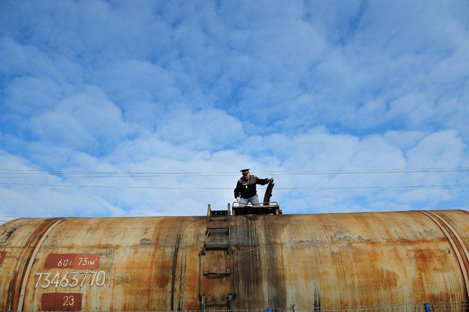 Таможенник проверяет состав на границе с Молдовой