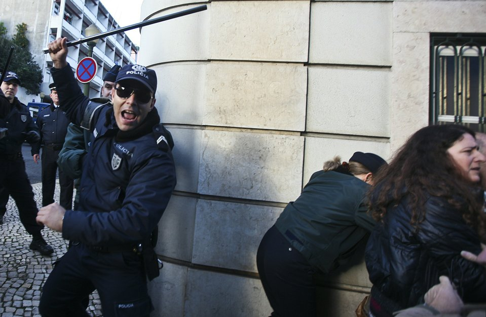 Разгон демонстрантов в Лиссабоне