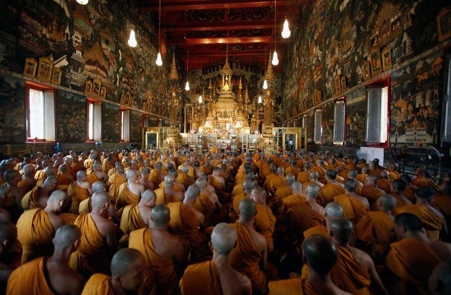 Буддийские монахи собирались на празднование 84-го дня рождения короля Пумипон Адульядета