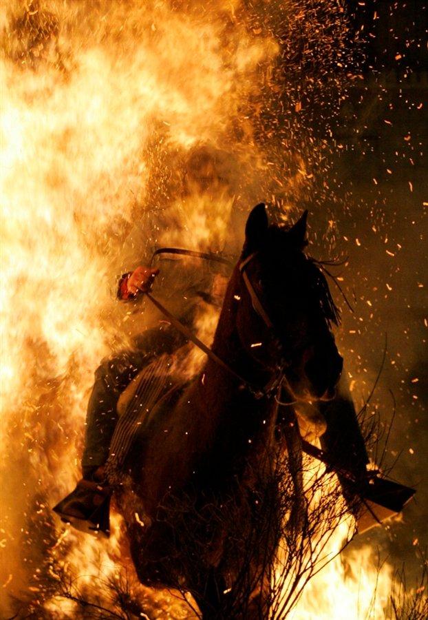 Сквозь огонь: празднование Дня святого Антонио