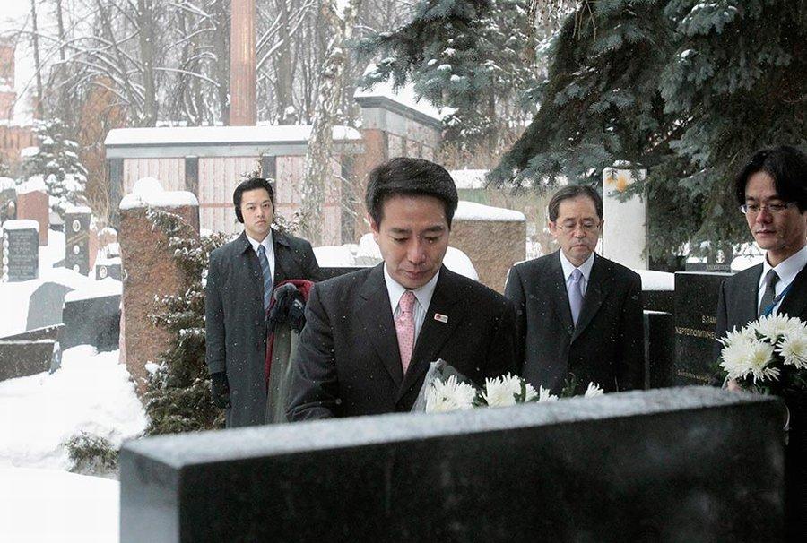 В субботу на Донское кладбище в Москве приехали несколько японцев в элегантных черных костюмах