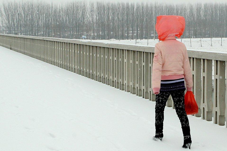 Один из способов защититься от снегопада — одеть пакет себе на голову