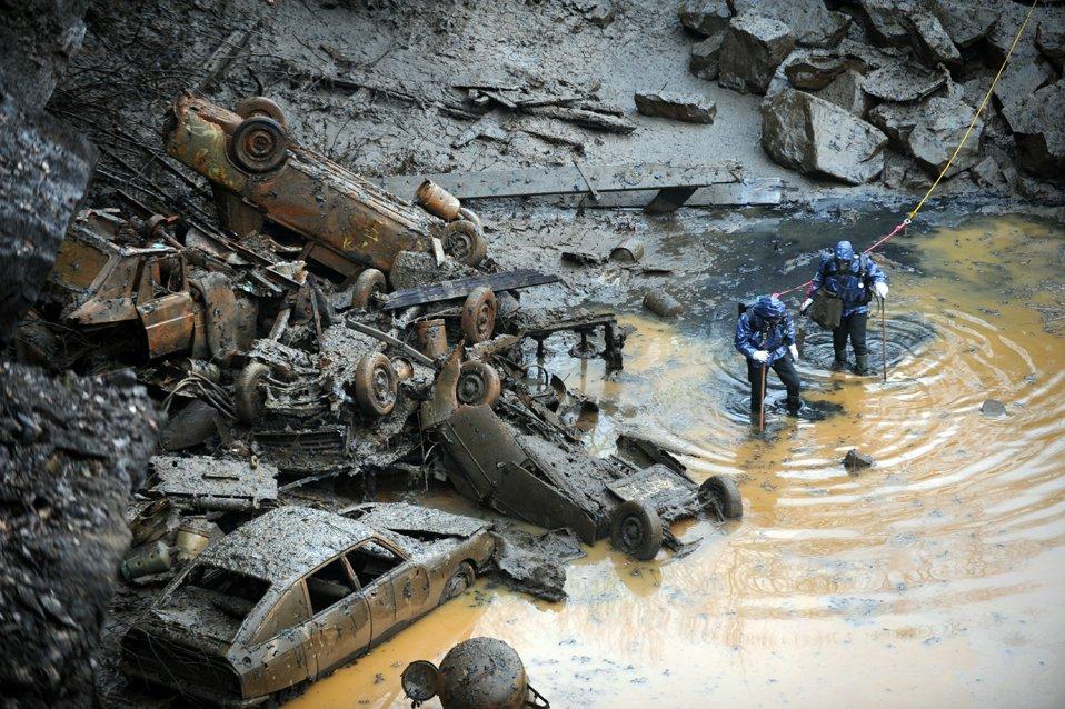 Полицейские водолазы обыскивают заброшенный пруд в административном центре департамента Атлантическая Лаура на западе Франции