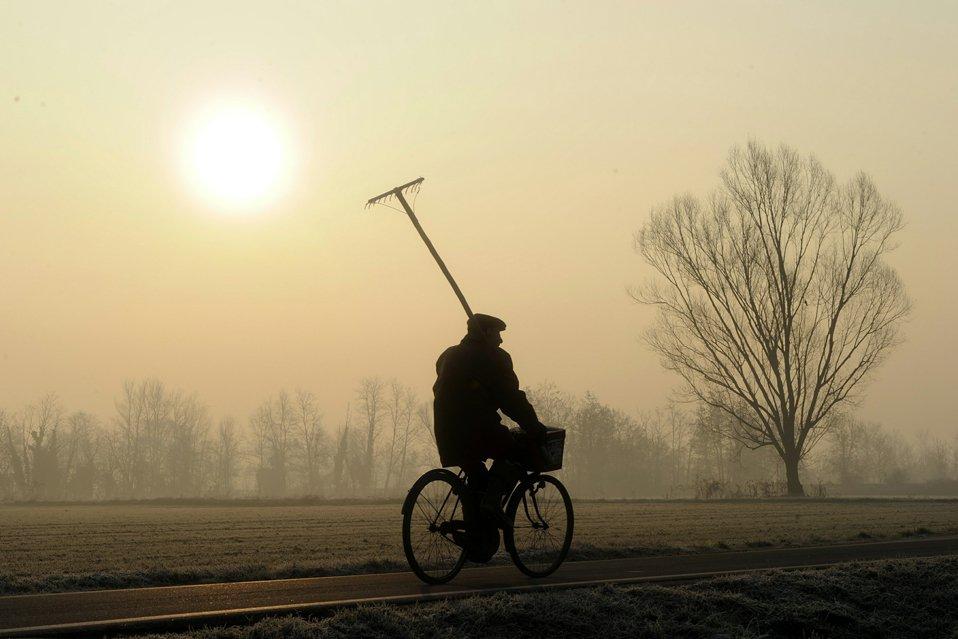 Велосипедист в итальянском городке Аббиатеграссо