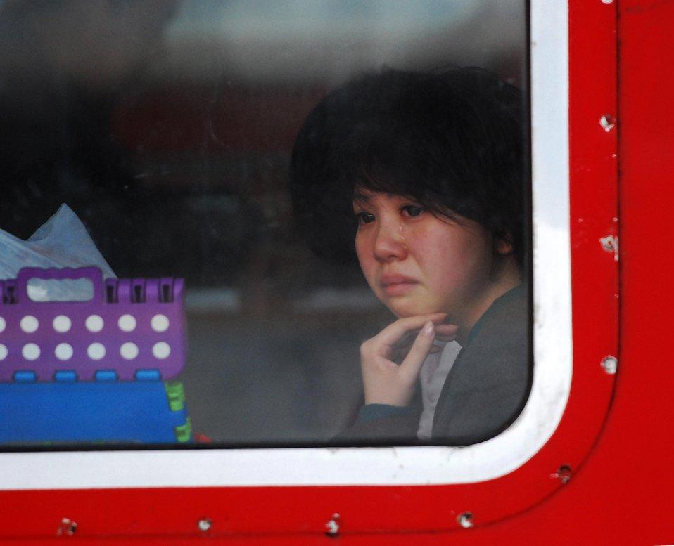 Девушка в поезде после расставания с матерью