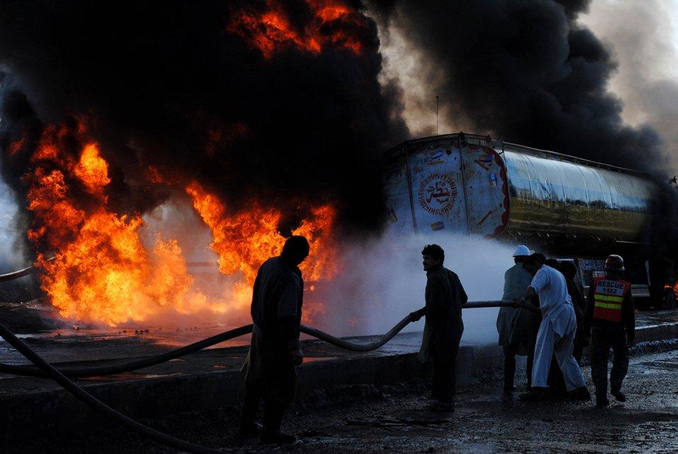 Горящий бензовоз НАТО в Пешаваре, Пакистан