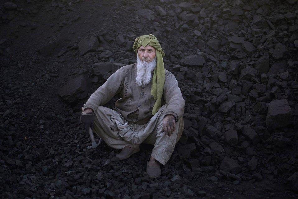 Перерыв у харизматичного 68-летнего рабочего на добыче угля на окраине Исламабада