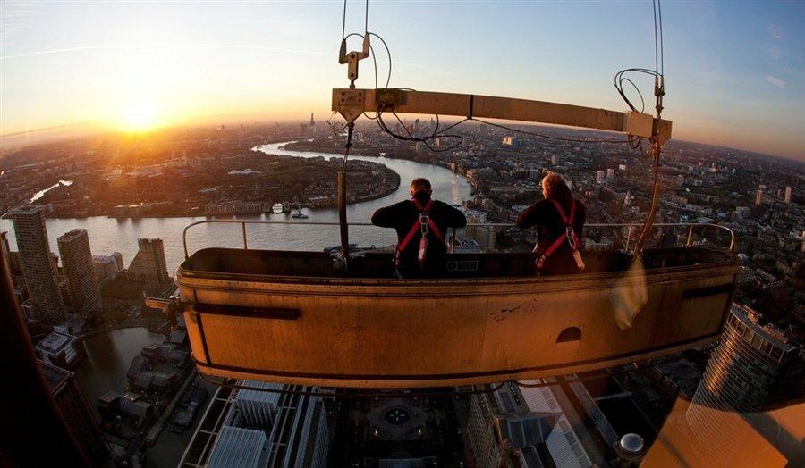 Чистильщики окон отдыхают от работы на уровне 50 этажа небоскреба Уан Кэнада Сквер