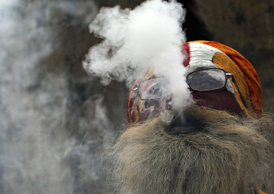 Курящие марихуану около храма в столице Напала в честь индусского бога Шива
